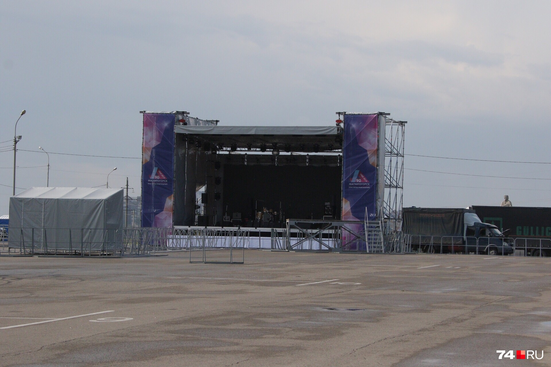 На этой сцене сегодня выступят группа 7Б и Наташа Королёва