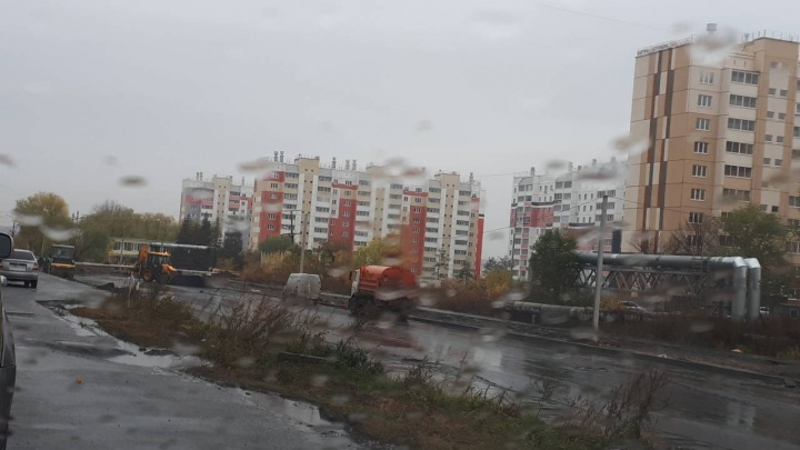 «Нам что, дороги не нужны?»: челябинцы сняли на видео укладку асфальта в дождь