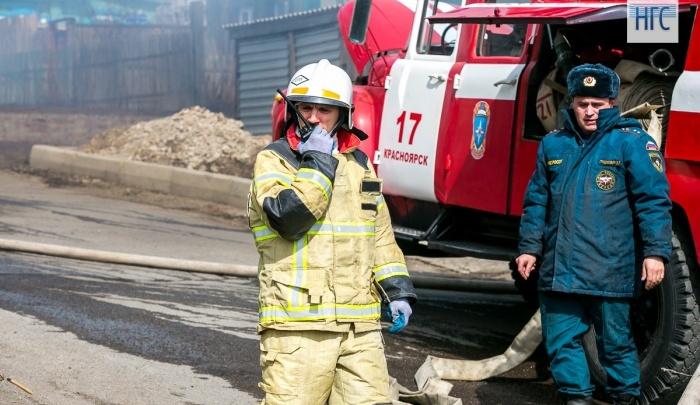 Больше 230 жителей пятиэтажки разбудил дым от пожара. Один человек погиб