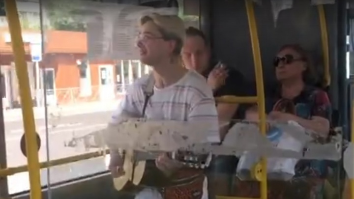 Юный гитарист спел о любви в салоне автобуса на радость пассажирам