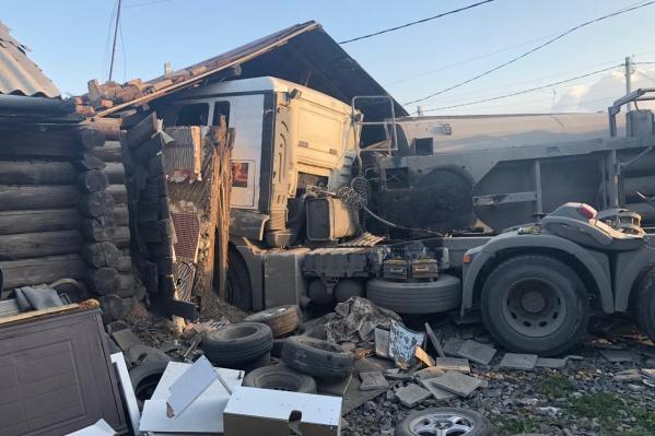 На месте аварии работали врачи скорой помощи и спасатели