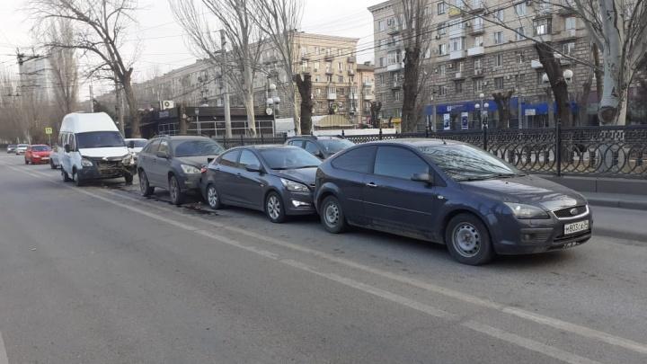 В центре Волгограда водитель маршрутки собрал «паровозик» из машин: трое пострадавших