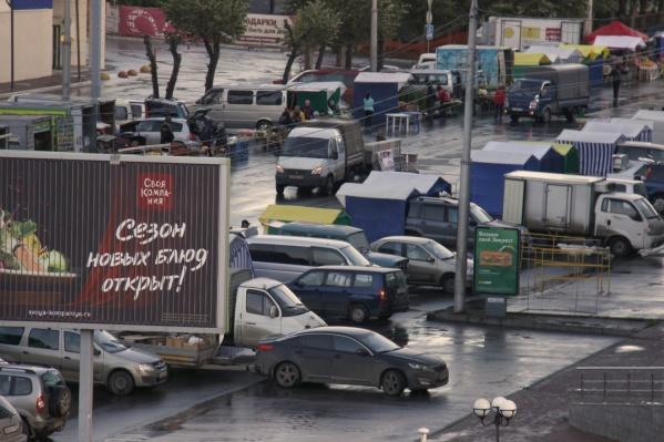 Машины и палатки торговцев установлены вдоль проезда между площадью Карла Маркса и улицей Сибиряков-Гвардейцев