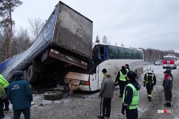 Фура врезалась в автобус, до этого развернувшись из-за потерявшей управление легковой