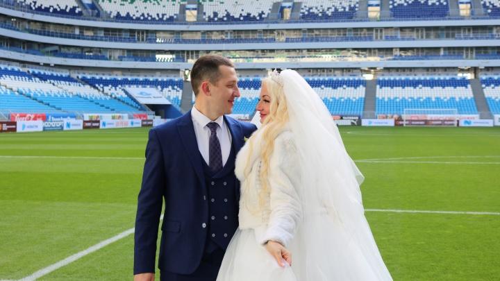 Свадьба на стадионе: «Самара Арена» стала местом паломничества для новобрачных