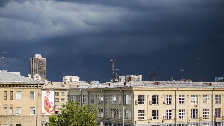 Новосибирск накрыло грозой: Академгородок уже засыпало градом
