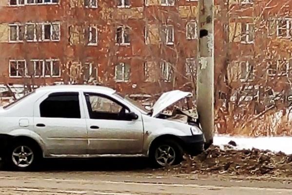 Водитель, уворачиваясь от столкновения, направил машину в столб