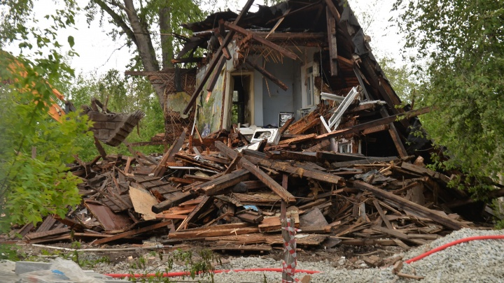 В двух шагах от Центрального стадиона поспешно снесли двухэтажный деревянный дом