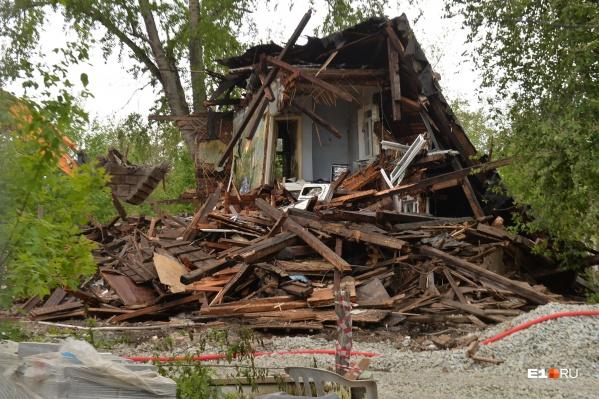 Двухэтажный дом практически снесли