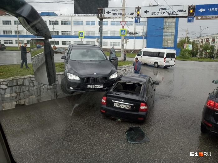 Иномарка повисла на крыше другой машины