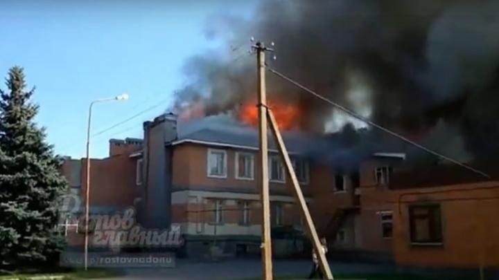 В Аксайском районе загорелось здание бывшей пекарни