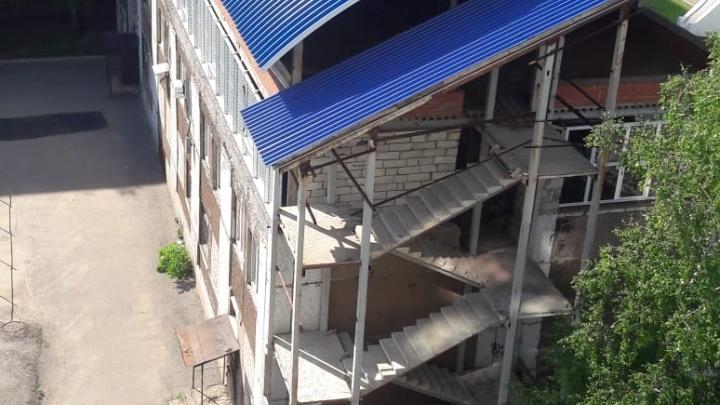Дети жгут костры на крыше недостроенного здания в Уфе