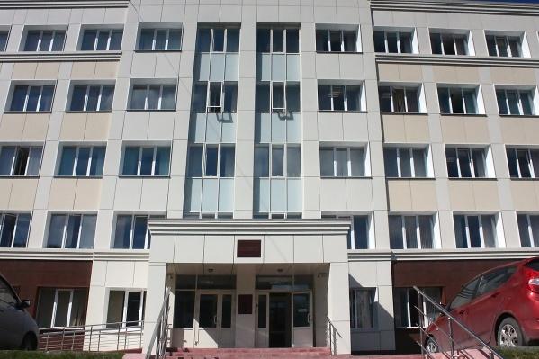 Блогеры Новичков и Соколов заявили, что подадут заявление в областной суд, если в районном его не примут. На фото — Заельцовский районный суд, где им не удалось припарковаться
