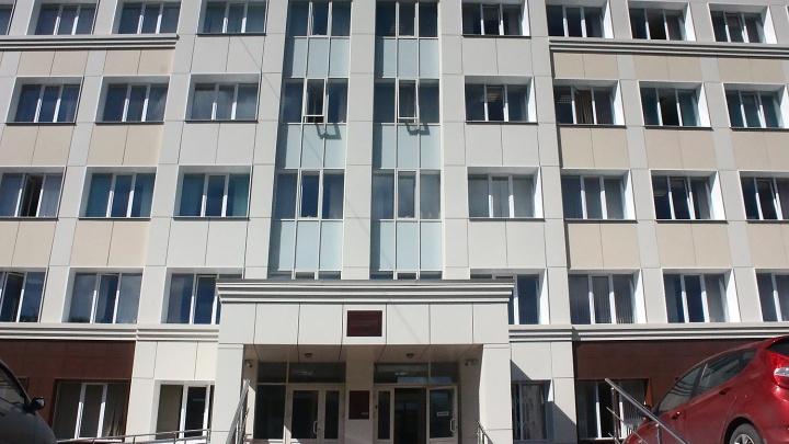 Шлагбаум помешал двум водителям заехать на парковку Заельцовского суда — они подали на суд в суд