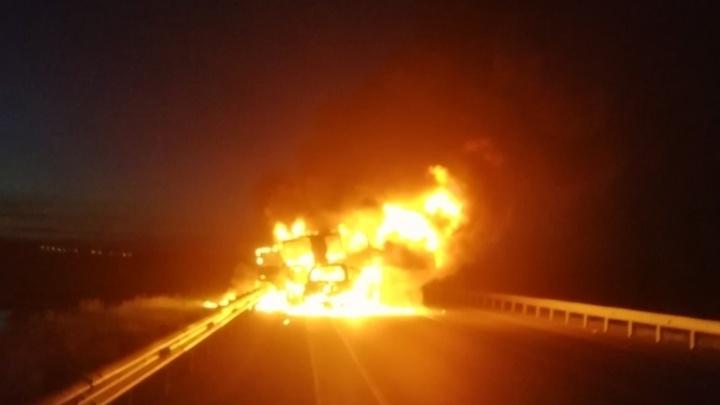 На тюменской трассе после ДТП сгорела машина. Погибли двое
