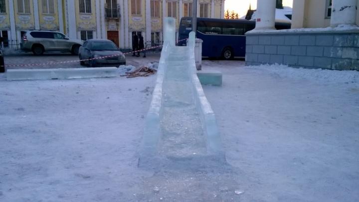 Ищут ответственных: СК возбудил дело о смерти мальчика, придавленного льдом на горке