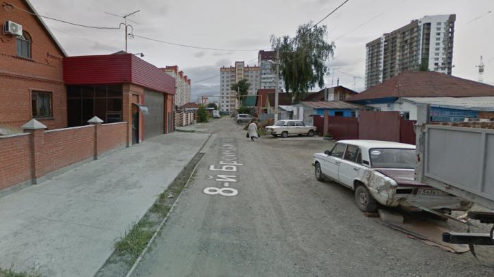 Власти отремонтируют улицу, где была глубокая лужа, по которой проплыла девочка на «ватрушке»