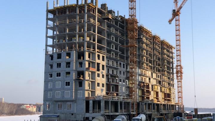 Сверху льют стены, снизу — уже ставят окна: дом на Нижне-Исетском пруду растет рекордными темпами