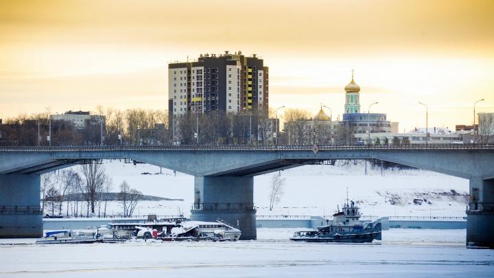 В Перми вызволили изо льда застрявшие у Коммунального моста теплоход и дебаркадер