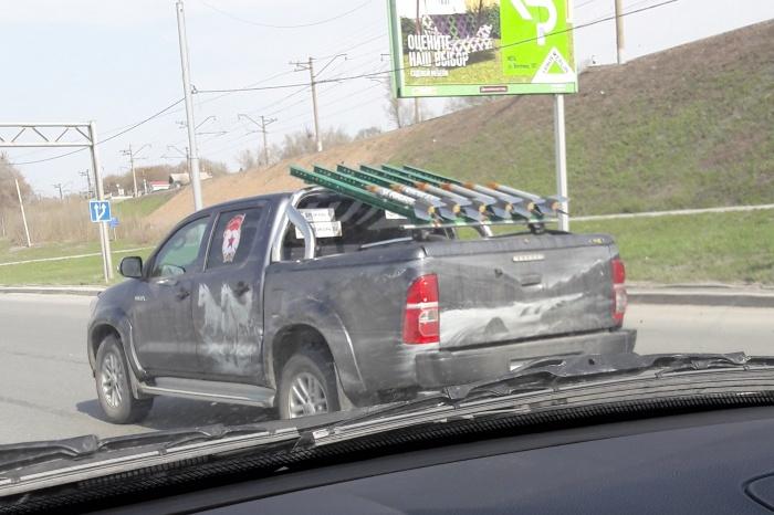 Toyota Hilux на Бердском шоссе, украшенная под «катюшу»