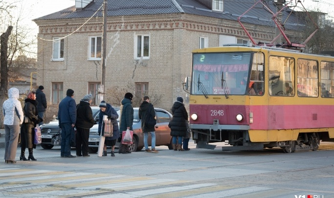 Если не задавят, то в грязи утонем: волгоградцы жалуются на трамвайную остановку на Ангарском