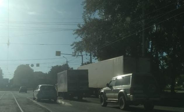 Водители встали в глухую пробку на выезде из Затулинки