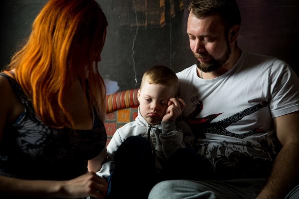 Диме 7 лет, его диагноз — синдром Дауна. На фото — с мамой Анастасией Накашидзе и отчимом Александром Винюковым