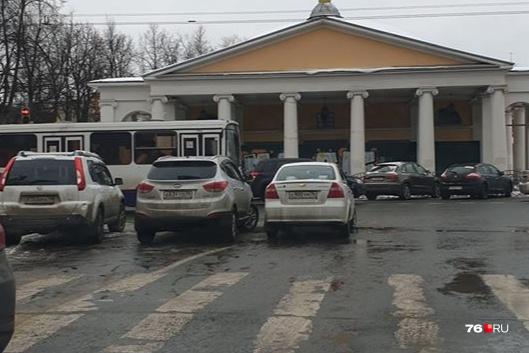 Водители устроили парковку посреди проезжей ча