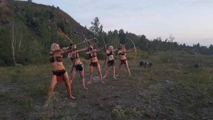 Новосибирский фотограф переодел девушек в амазонок и вывез в поле на съёмки клипа