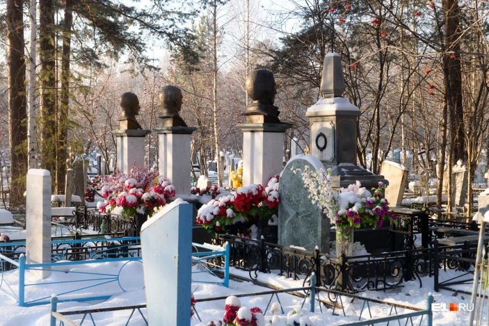 Лидеры ОПС «Уралмаш» похоронены в стороне от дороги, памятники размещены спиной к идущим