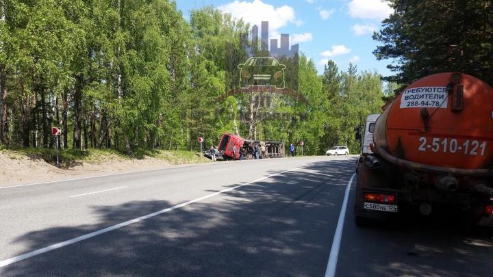 Под Дивногорском поворачивающая фура упала на легковушку. Водителя спасли доски на крыше