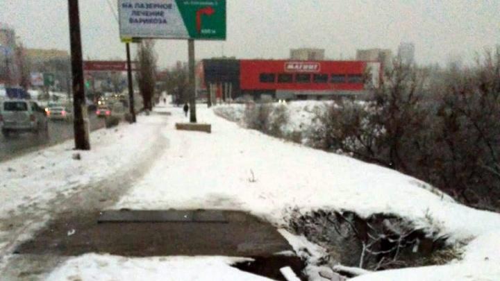 «Сломали дамбу ради колодца»: в Волгограде растущий коммунальный провал ползет ко Второй продольной
