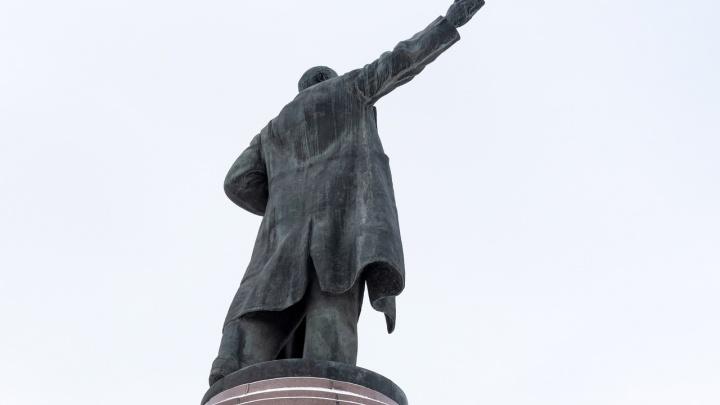 Смертельно опасный Ильич: суд заставляет чинить памятник Ленина на одноименной площади Волгограда