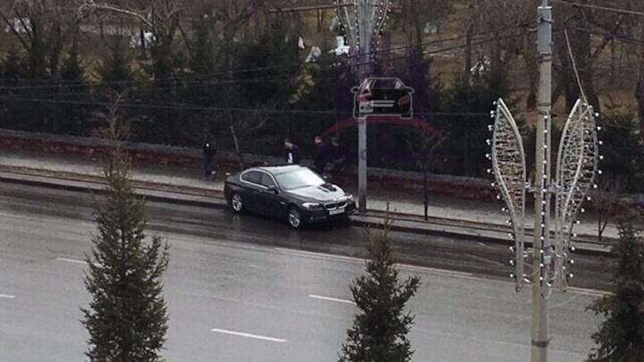 Водитель BMW устроил дрифт на мокрой дороге при повороте с Горького и разбил машину