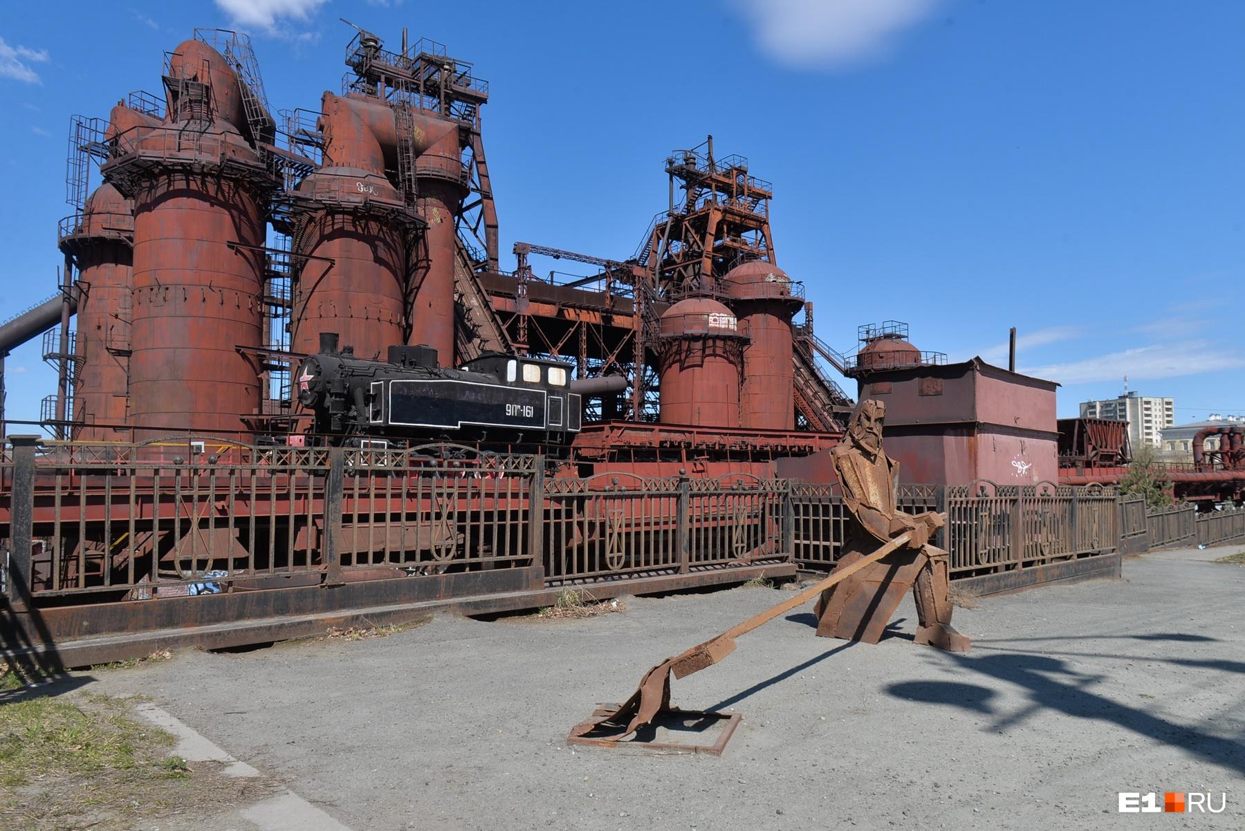Перед заводом со стороны плотины стоит жестяной металлург. Суровый!