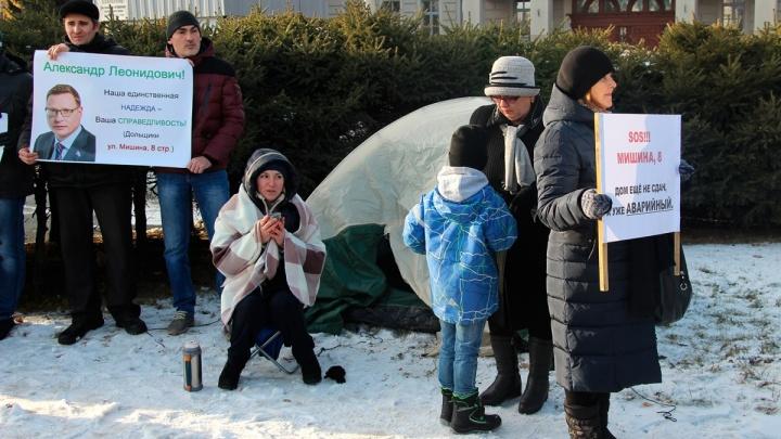 После митинга у Заксобрания временный губернатор предложил расселить дольщиков дома на Мишина