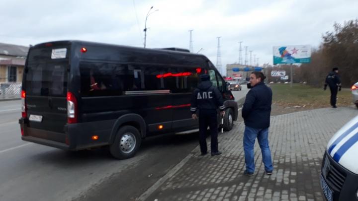 Гаишники поймали водителей, которые незаконно возили пассажиров из Верхней Пышмы в Екатеринбург