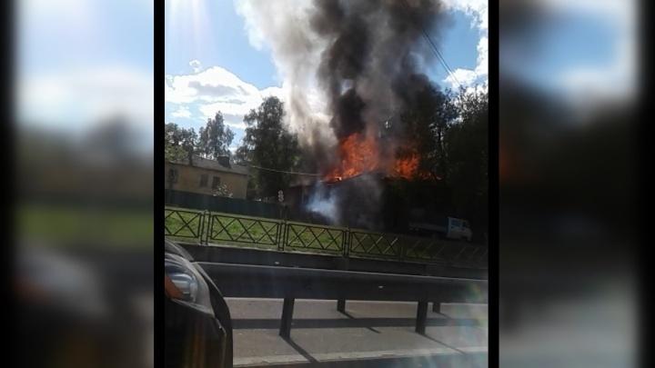 На проспекте Фрунзе в Ярославле полыхают дома: что сейчас происходит на месте пожара