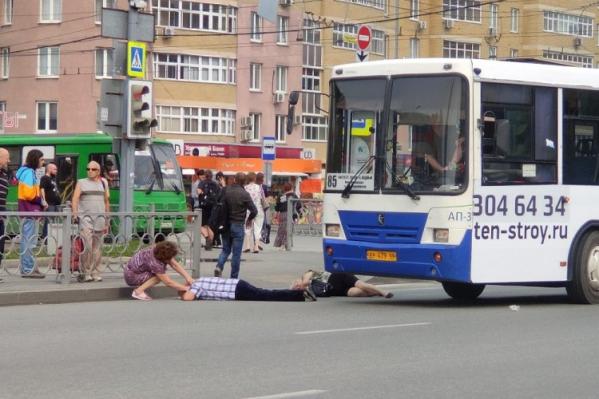Автобус сбил мужчину и женщину на пешеходном переходе