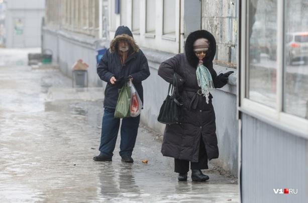 «Может, есть ГОСТ на гололед?»: чиновники не заметили толстой ледяной корки в волгоградских дворах