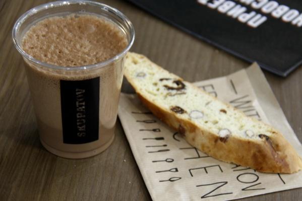 Эйр-латте мокко (210 рублей) и бискотти (60 рублей) в Skuratov Coffee
