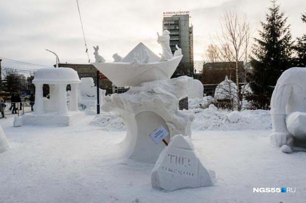 В омском ТЮЗе прокомментировать появление именно такой скульптуры оказались не готовы