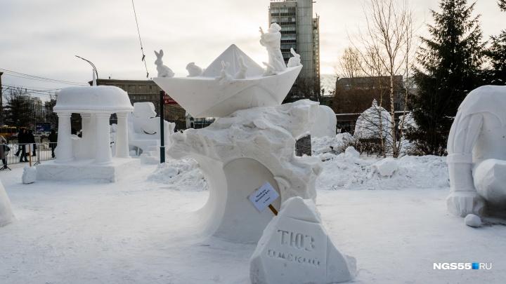 На фестивале снежной скульптуры омичи сделали кораблик с зайцами и заняли второе место
