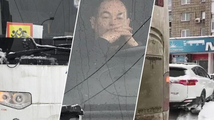 Водитель автобуса привёз детей в новосибирский зоопарк, перегородил парковку и отказался выпускать машины