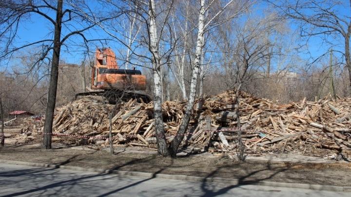 В выходные экскаватор разнёс два деревянных барака на Уралмаше