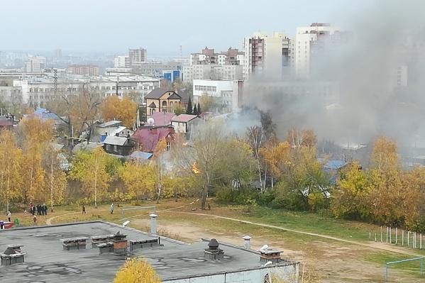 Пожар начался примерно в 12 дня