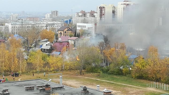 Не могут потушить: в Октябрьском районе Новосибирска горит частный сектор