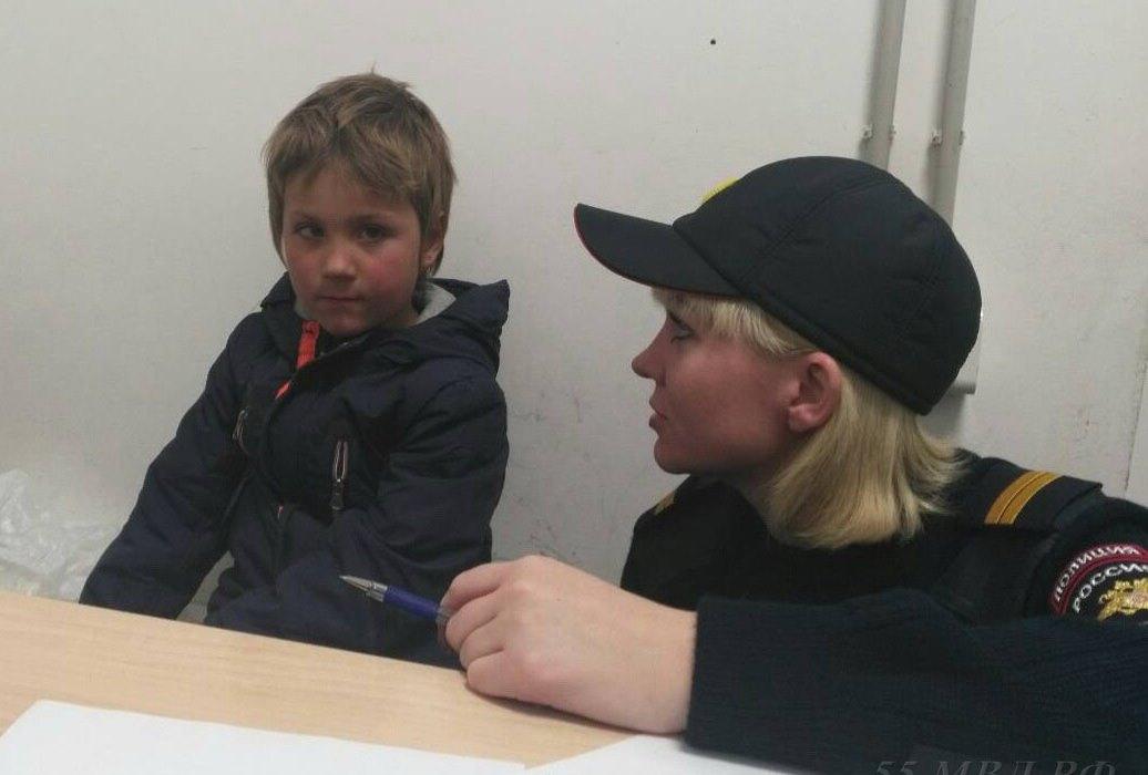 Полицейские ищут родителей шестилетнего ребенка, приехавшего изНиколаевки вОмск