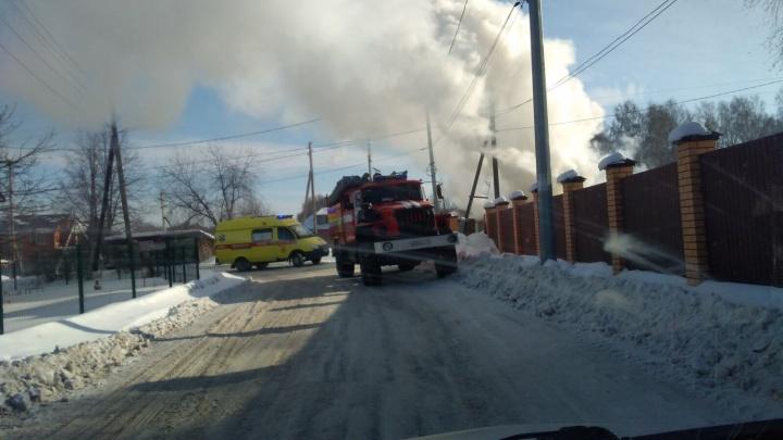 Под Тюменью сгорел вагон-бытовка. На месте работали пожарные и медики