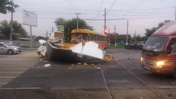 В Волгограде водитель «Газели» протаранил трамвай и засыпал дорогу горой спелых дынь